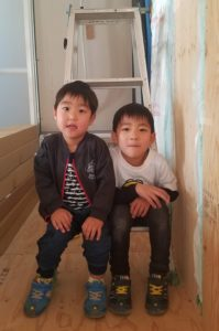 香南市野市町M様邸お子様のツーショット写真 高知市注文住宅SAI