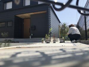 高知市K様邸にてガーデニング作業中をフェンスの間から写真撮影|高知市注文住宅SAI