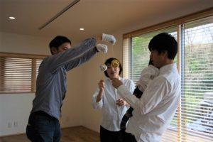 高知市K様ご夫婦がくす玉を割る画像|高知市注文住宅SAI
