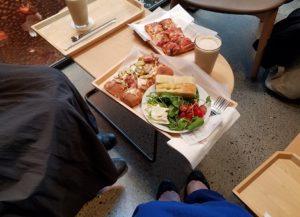 スターバックスリザーブロースタリー東京で購入のドリンクと食事の写真|高知注文住宅SAI