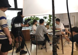 SAIのCM撮影の機材に囲まれての撮影風景の画像|高知市注文住宅SAI